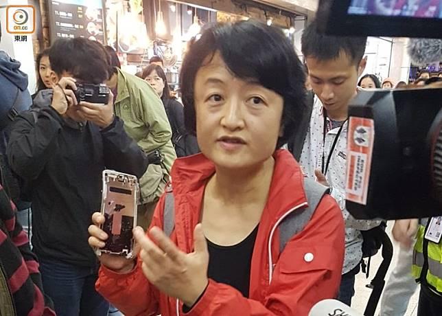 新城市廣場一名女子取回被示威者毀壞的手機。(何偉鴻攝)