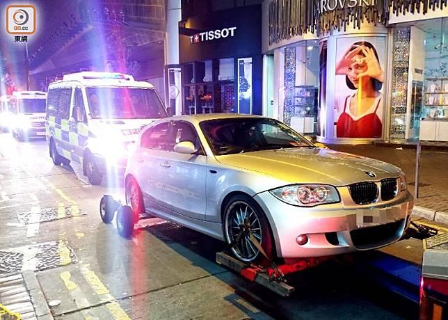 警方以「汽車有可疑」為理由,於砵蘭街拖走一部寶馬私家車。(楊日權攝)