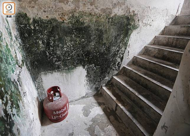 梯間放有石油氣罐及紙皮等易燃物。