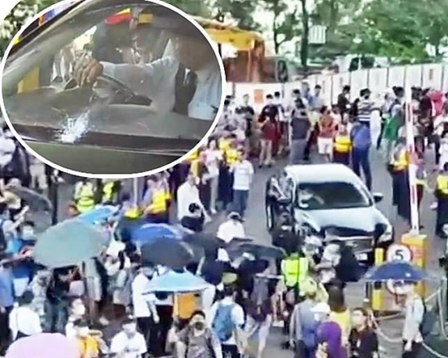 示威者包圍聶德權汽車。小圖為爆裂的擋風玻璃。有線截圖