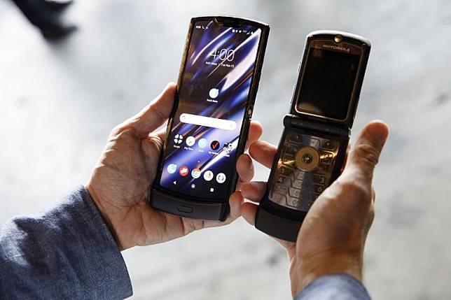新RAZR(左)唔比舊版RAZR V3(右)大好多,只是中間相距了15年。(互聯網)