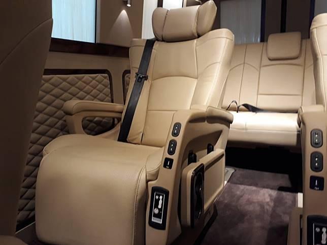 4 Jok kulit captain seat yang bisa diputar jadi ala ruang meeting