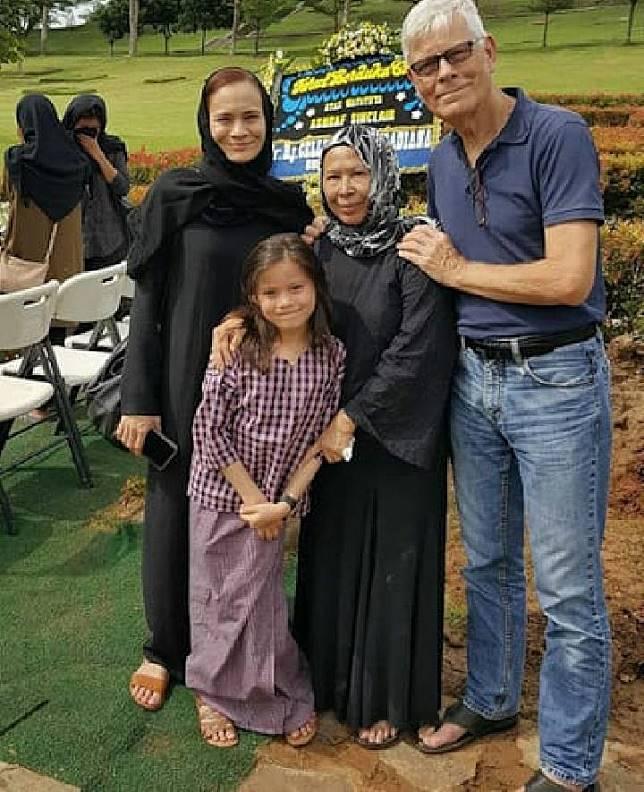 Aishah Sinclair, Khadijah Sinclair, Mohammad John Anthony Sinclair dan cucu berfoto di depan makam Ashraf Sinclair. Foto Instagram Khadijah Sinclair
