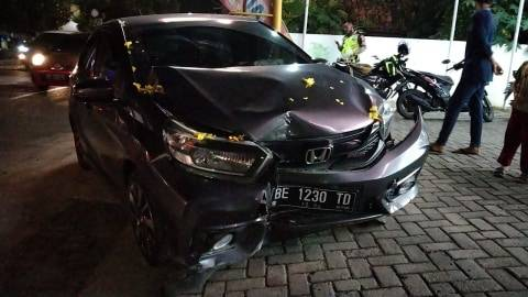 Diduga Hilang Kendali, Mobil Brio di Bandar Lampung Tabrak Pembatas Jalan