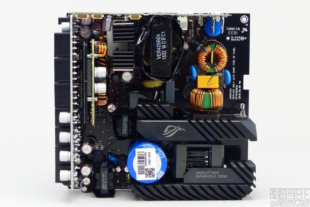 內部電路板正面,可以觀察到輸入 EMI 濾波至 APFC 零件安裝位置相較 FOCUS PLUS Platinum 略有不同