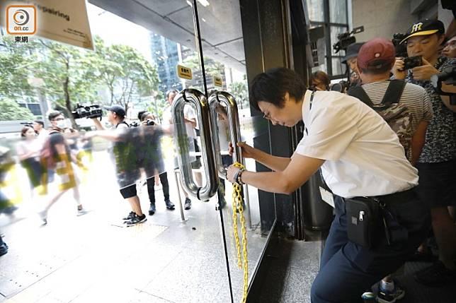 示威者到稅務大樓等政府大樓抗議,部門被迫鎖門落閘。(袁志豪攝)
