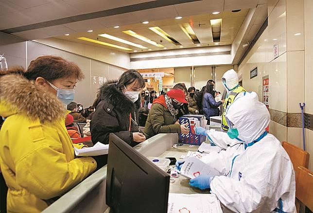 武漢肺炎疫情拉警報,當地醫院醫務人員加強個人防護。中新社