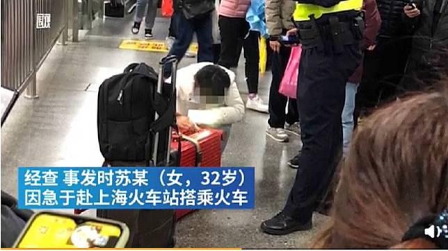 大陸女子將女兒塞進行李箱拖行惹議。(圖/翻攝自澎湃新聞)