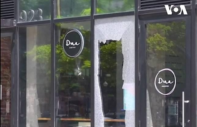 Kedai Dua Coffee di Washington DC, Amerika Serikat yang pecah akibat dirusak pedemo. Foto: screengrab VOA Indonesia