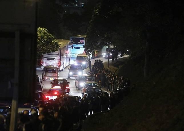 入夜後仍有大批市民輪候上寶福山。(胡家豪攝)