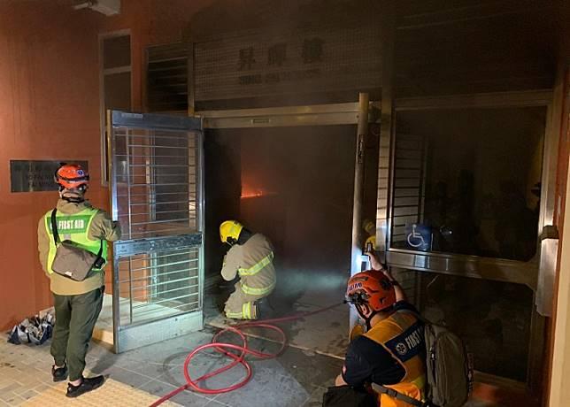 消防到大廈救火。(陳家明攝)
