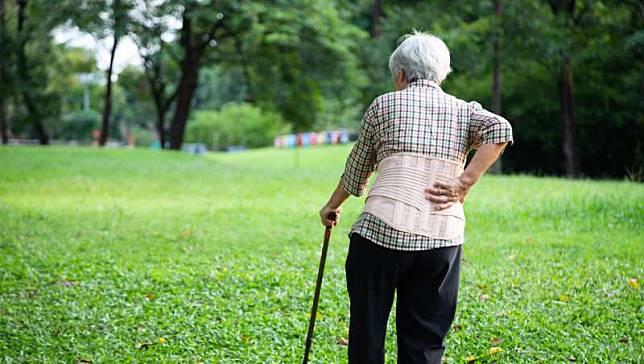 腰痛靠護腰、撐拐杖,不但沒用還可能肌肉萎縮!日本整骨師教你3分鐘改善疼痛