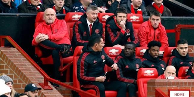 Pelatih Manchester United, Ole Gunnar Solskjaer, memilih kursi paling belakang saat berlaga di Stadion Old Trafford.