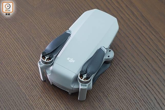 摺疊後的體積只有140×82×57mm,能輕鬆放入背囊隨身攜帶。(方偉堅攝)