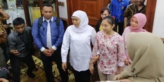 Gubernur Khofifah Indar Parawansa bersama atlet senam Shalfa. ©2019 Merdeka.com