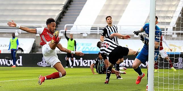 Aksi Pierre-Emerick Aubameyang dalam proses terciptanya gol kedua Arsenal kala menghadapi Newcastle United dalam laga lanjutan Premier League, Minggu (2/5/2021). (c) AP Photo