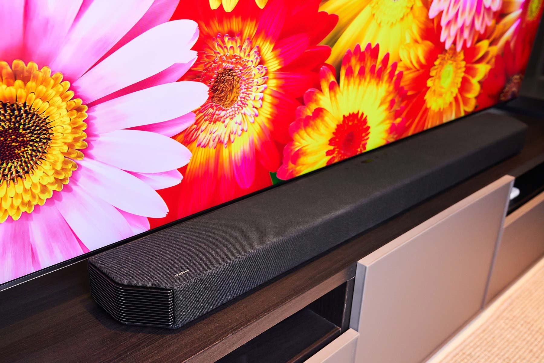 Samsung 獨家魔幻音場技術,結合自家Q 系列Soundbar 產品,讓它與Neo QLED 8K 量子電視一同輸出音效,能帶來更豐沛的中低音,以及更寬闊的音場效果。
