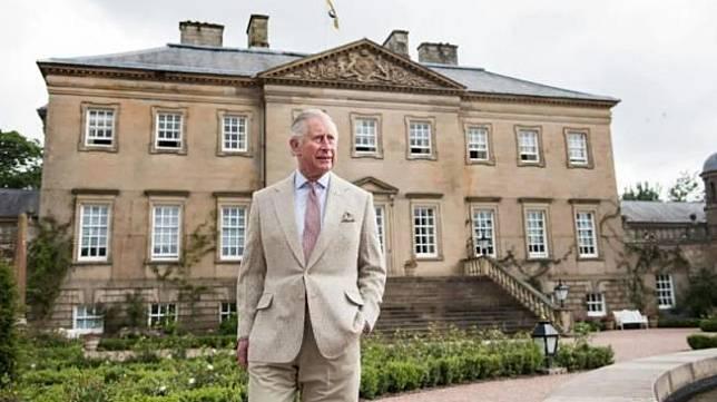 Pangeran Charles di depan kediamannya. (Google Arts & Culture)