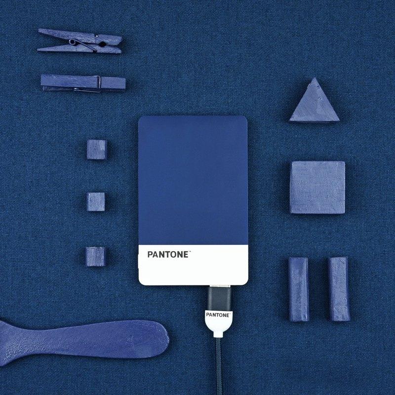 超輕薄行動電源,口袋也裝得下。Pantone授權繽紛色系,如個性名片般隨身帶著走。 5V/1A 標準輸出輸入規格。通過CE、FC、RoHS安規認證,使用安全無虞。LED充電指示燈,顯示剩餘電量。隨附USB充電連接線。