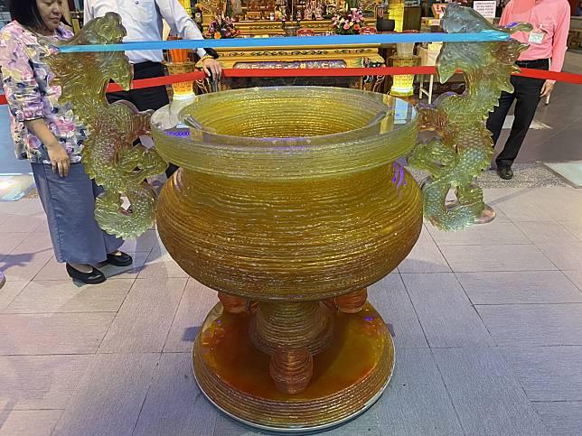 重達1,200台斤的琉璃香爐正式入駐台灣護聖宮 (圖/彰化縣政府城市暨觀光發展處)