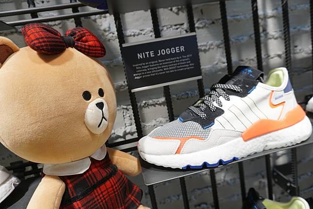 新Nite Jogger保留了當年的流線型鞋身,以曲鞋背的獨有曲線細節。