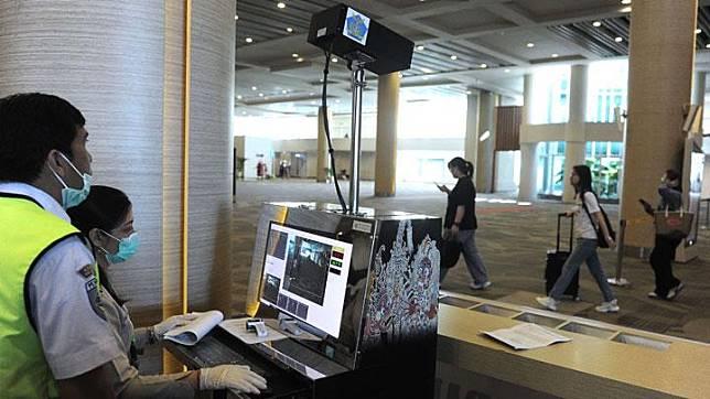 Petugas memantau suhu tubuh penumpang menggunakan alat pemindai suhu tubuh di Terminal Kedatangan Internasional Bandara Internasional I Gusti Ngurah Rai, Bali, Rabu, 22 Januari 2020. Untuk mencegah penyebaran virus Corona, Kantor Kesehatan Pelabuhan (KKP) telah melakukan sejumlah upaya pencegahan. ANTARA