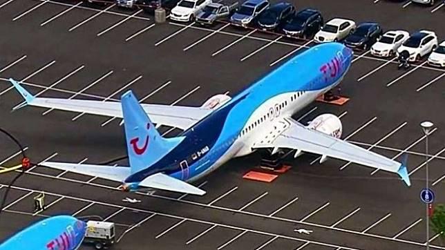 Pesawat parkir di lahan parkir mobil