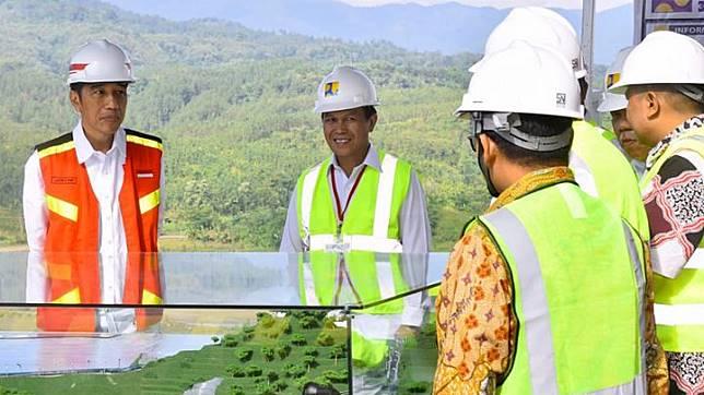 Presiden Joko Widodo meninjau pembangunan bendungan Kuningan di Desa Randusari, Kecamatan Cibeureum, Kabupaten Kuningan, Provinsi Jawa Barat, 25 Mei 2018. Bendungan ini akan bermanfaat untuk mengairi kurang lebih 3 ribu hektare sawah masyarakat dan sumber air baku bagi daerah sekitar. Foto: Kris - Biro Pers Setpres