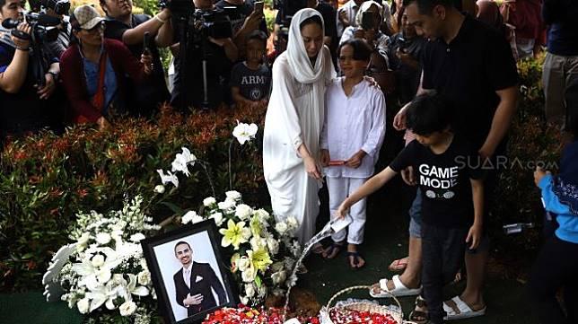Prosesi pemakaman Ashraf Sinclair di kompleks pemakaman San Diego Hills, Karawang, Jawa Barat, Selasa (18/2). [Suara.com/Angga Budhiyanto]