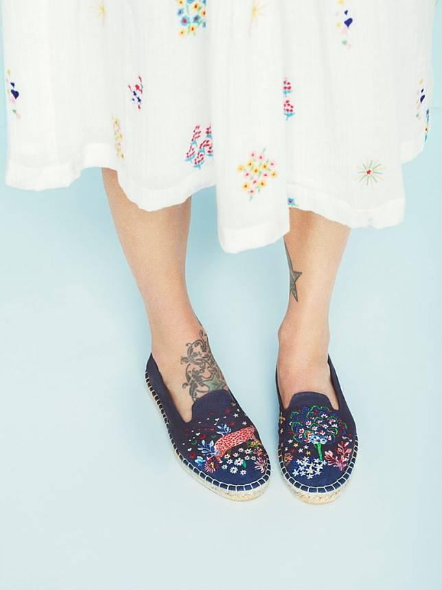 深藍色「Dream Forest」刺繡圖案草織鞋(互聯網)