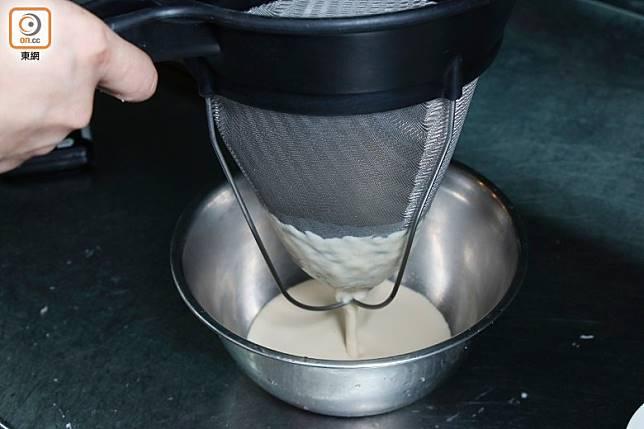 將奶漿隔篩,注入小杯中至7成。(郭凱敏攝)