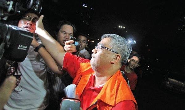 Ketua Mahkamah Konstitusi Akil Mochtar menampar wajah wartawan seusai diperiksa di Gedung KPK, Jakarta