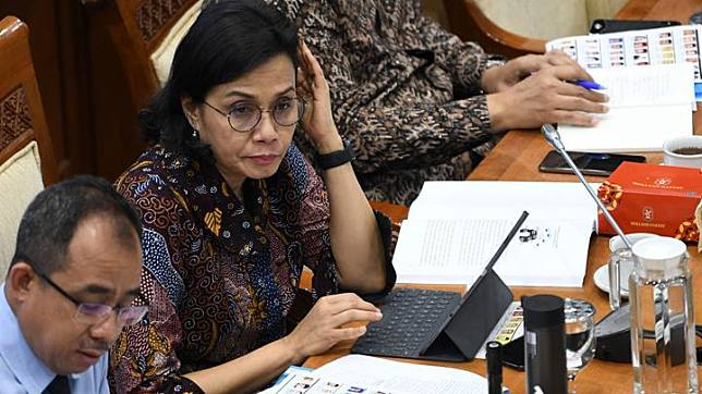 Finance Minister Sri Mulyani (right) in a work meeting with Commission XI of the House of Representatives (DPR) at the Parliament Complex in Senayan, Jakarta, Wednesday, February 19, 2020. ANTARA FOTO/Aditya Pradana Putra