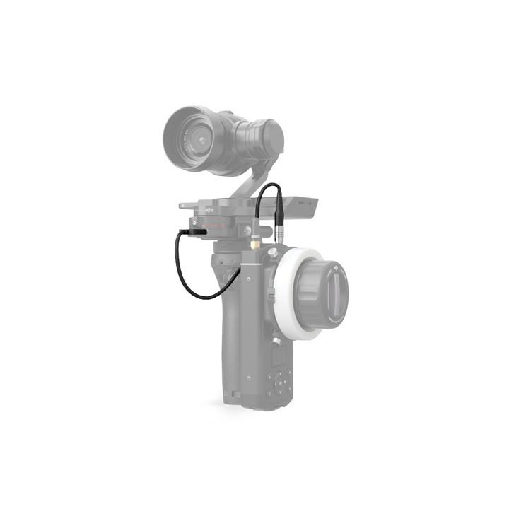 使用 DJI 無線跟焦器 - Osmo Pro/RAW 轉接線,連接X5 連接件與DJI Focus遙控器的通信介面,便可通過DJI Focus 遙控器調節Zenmuse X5 系列雲台相機的光圈或對