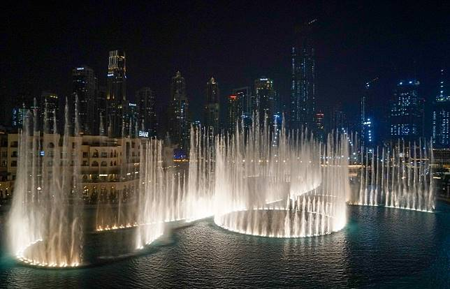 商場外的音樂噴泉The Dubai Fountain,每日下午6時至晚上11時期間,每半小時上演一次表演。(單身旅子攝)