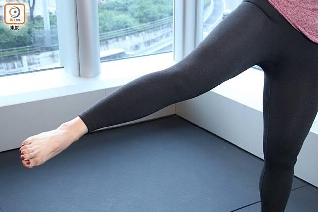 第3個加強版動作:Hold,將右腳抬高至最高位,腳尖向前。保持這動作10秒,保持呼吸,不要閉氣。完成一邊後另一邊重複動作 (張錦昌攝)