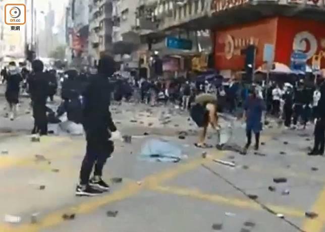 黑衣人以磚頭鋪在佐敦道的路面上。(梁志雄攝)