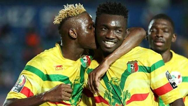 Para pemain Timnas Mali merayakan gol Adama Traore (21)