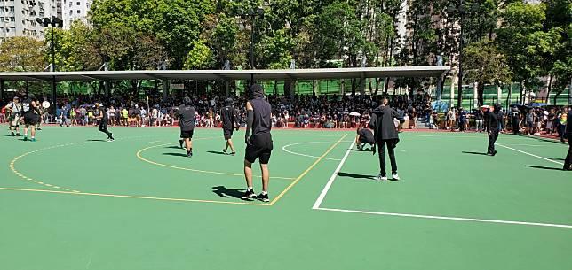 黑衣人在起步前先在球場內踢波。