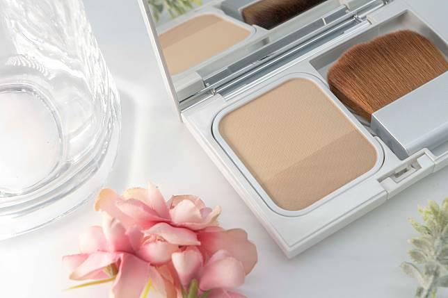 雙色空氣粉餅設計,作日常上妝、定妝的同時,亦可作補妝及陰影使用。