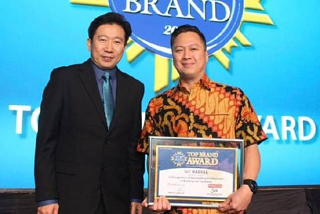 Leonard Ghozali (kanan), Head of Marketing PT Gajah Tunggal Tbk saat menerima penghargaan Top.Brand 2019 versi Majalah Marketing. (istimewa)
