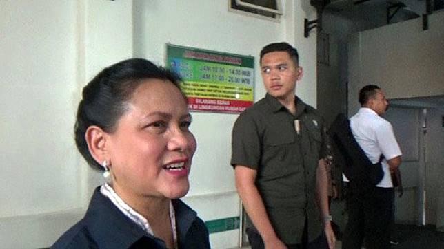 Ibu Negara Iriana Jokowi tiba untuk mendampingi menantunya, Selvi Ananda yang akan melahirkan anak keduanya di RS PKU Muhammadiyah Surakarta. Selvi melahirkan di RS yang sama saat putra pertamanya, Jan Ethes lahir. ANTARA/Aris Wasita