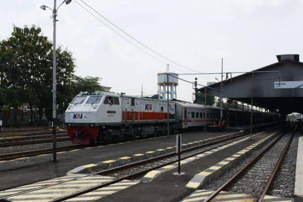 Ilustrasi kereta api jarak jauh