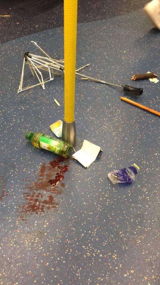 地上留有雜物及血跡。