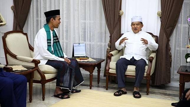 Wakil Presiden Jusuf Kalla berbincang dengan Ustad Abdul Somad jelang mengisi tausiyah di Masjid Agung Sunda Kelapa, Jakarta, 4 Februari 2018. Foto/Biro Pers Sekretariat Wakil Presiden