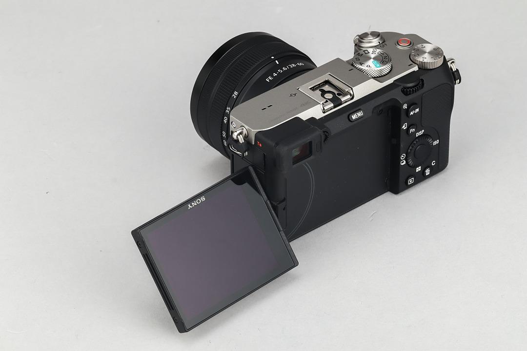 Sony 全幅無反二度搭載側翻式螢幕的機型,以利於錄影取景。