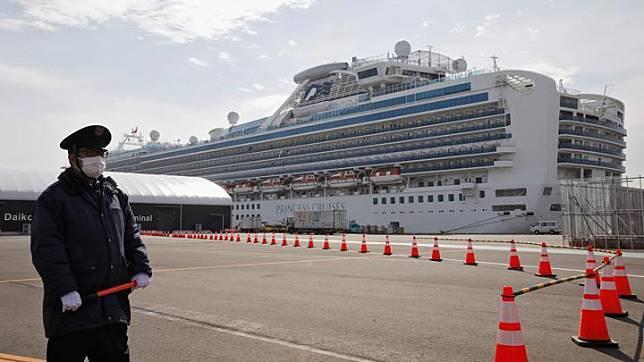 Seorang petugas yang mengenakan masker berjaga di pelabuhan di sebelah kapal pesiar Diamond Princess di Daikoku Pier Cruise Terminal di Yokohama, selatan Tokyo, Jepang 12 Februari 2020. [REUTERS / Kim Kyung-hoon]