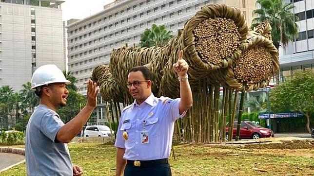 Gubernur DKI Jakarta melihat kreasi Getah Getih di Bundaran HI, Jakarta. Bambu murah yang berasal dari desa ini berdiri tegak di tengah deretan gedung-gedung pencakar langit. Foto/facebook/Anies Baswedan
