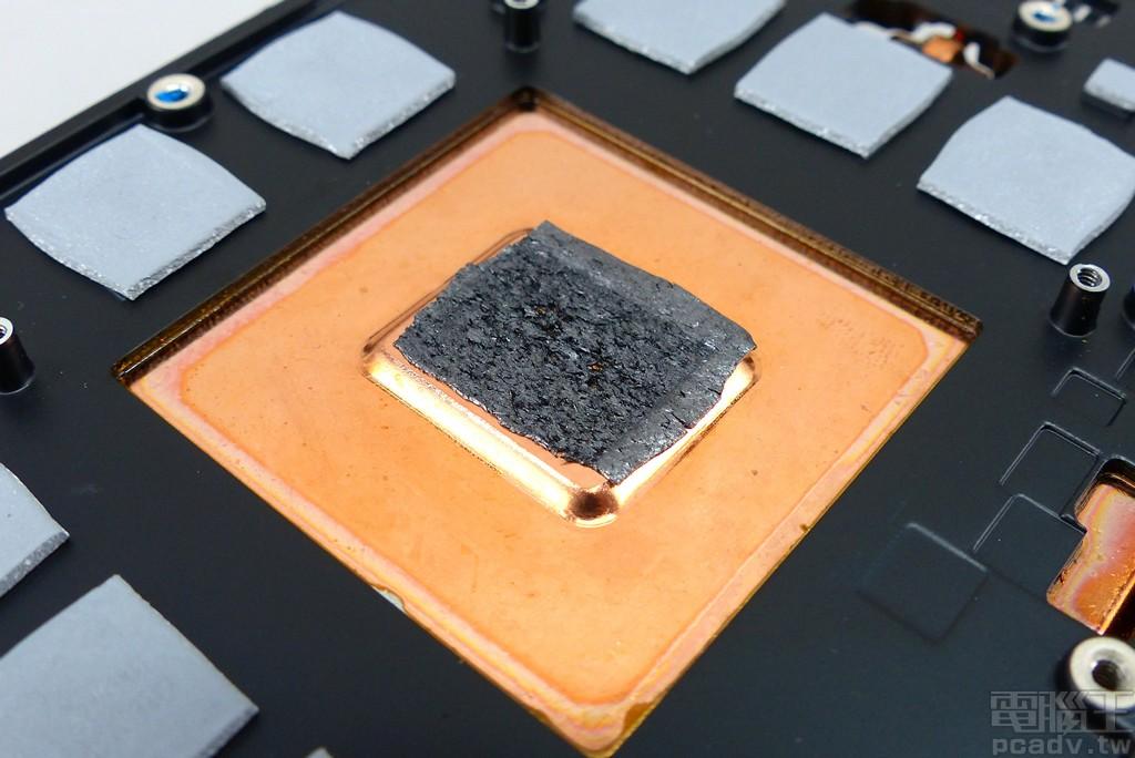 均溫板與晶片接觸之處,並非採用散熱膏,而是使用石墨導熱片。