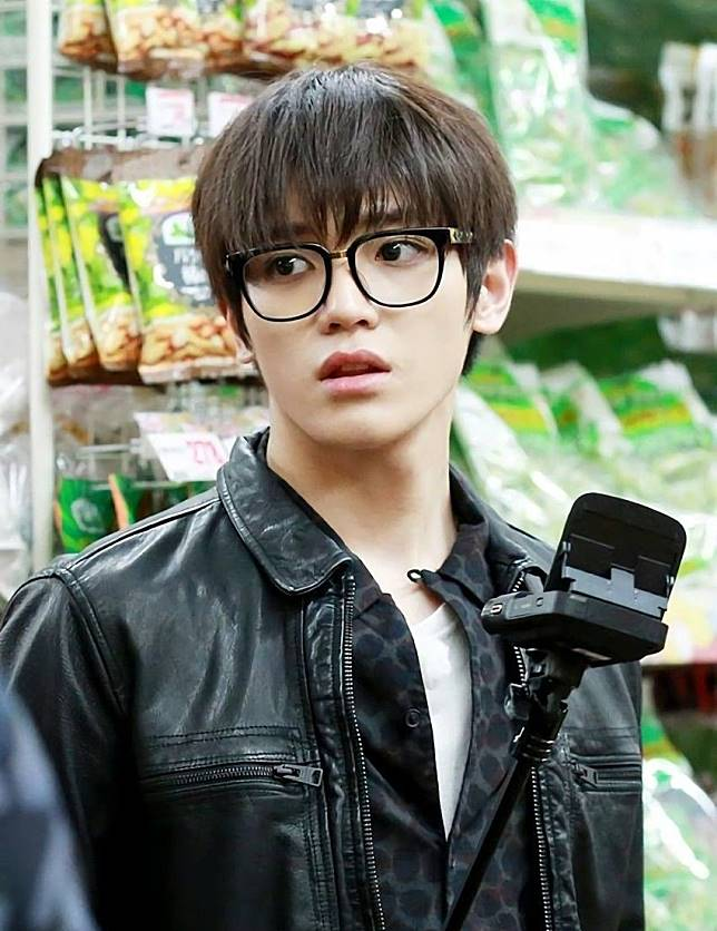 Cuek Tapi Keren Rasanya Pas Disematkan Ke Taeyong NCT Saat Tengah Mengenakan Kacamata